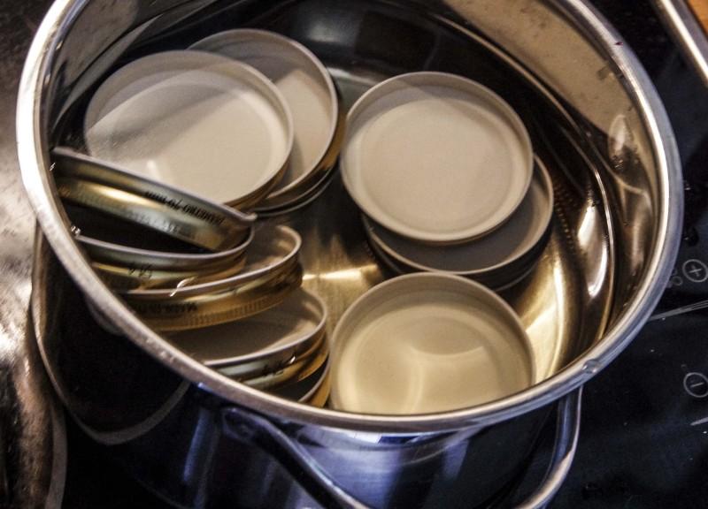Legg lokkene i en kasserolle med kokende vann og la det simre.