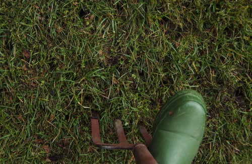 Der hvor plenen virker ekstra tett, bruker du et greip, stikker 10 cm ned i jorden og 'vrikker' litt før du trekker den opp og fortsetter.