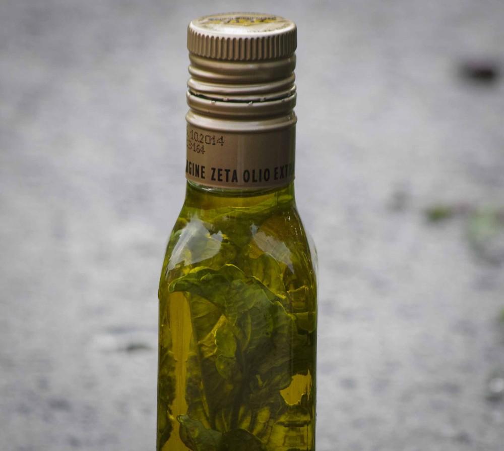 Plasser flasken mørkt og kjølig i 4-6 uker. Rist på flasken av og til. Mulig den blir bittelitt uklar, men det synker til bunns.     Place the bottle in a cool, dark place for 4-6 weeks. Shake the bottle occasionally. It can possibly be a tiny bit fuzzy, but it sinks to the bottom.