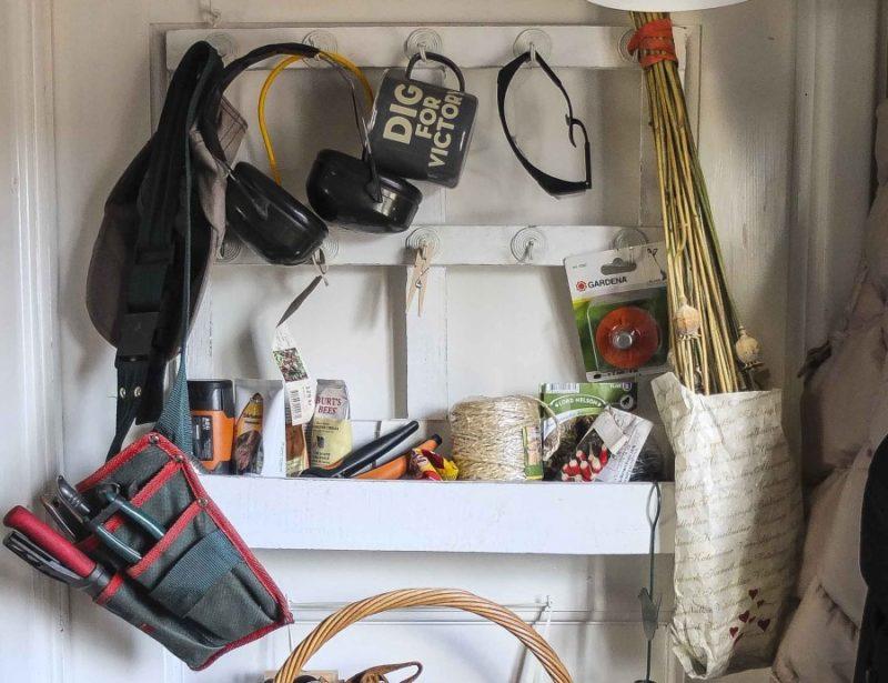 Her hang valmuefrøkapslene til tørk. Rett over dørmatten..