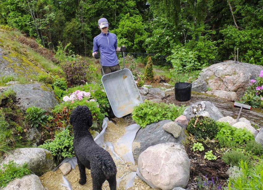 legg fiberduk over jorden for å hindre gjennomvekst og for å hindre grusen å trenge seg ned i jorden. En grusgang blir langt mere holdbar om du legger duk først.