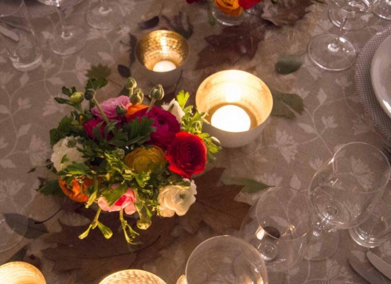 Hadde jeg brukt en enfarget duk, brukt kun en type blader og ensfagede blomster, så hadde bordet fremstått som langt mere stilrent og roligere. Men her ville jeg ha en varm, hektisk, stemning som ikke kunne taes inn med ett blikk.