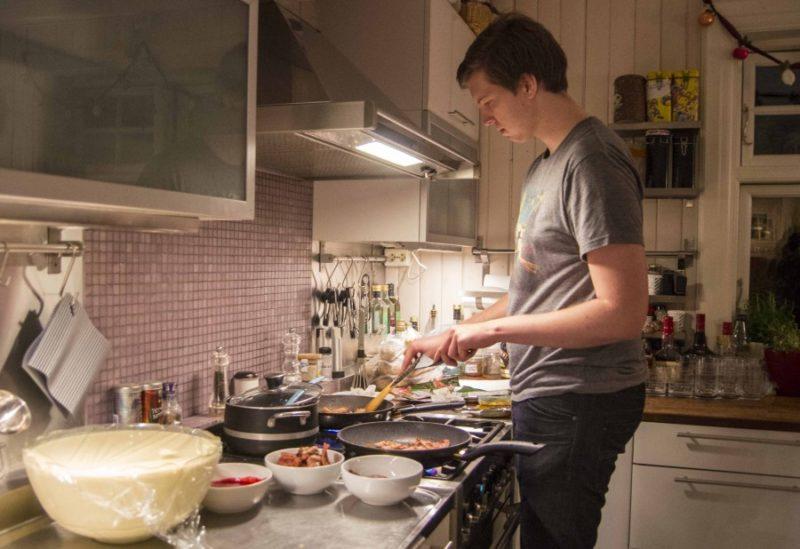 Storebror Skjalg steker pannekaker og bacon til 14 personer på 2. juledag.