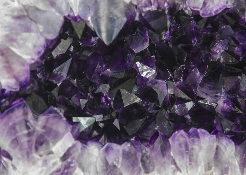 Krystaller som denne amatysten, reflekterer dårlig energi, og absorberer god.