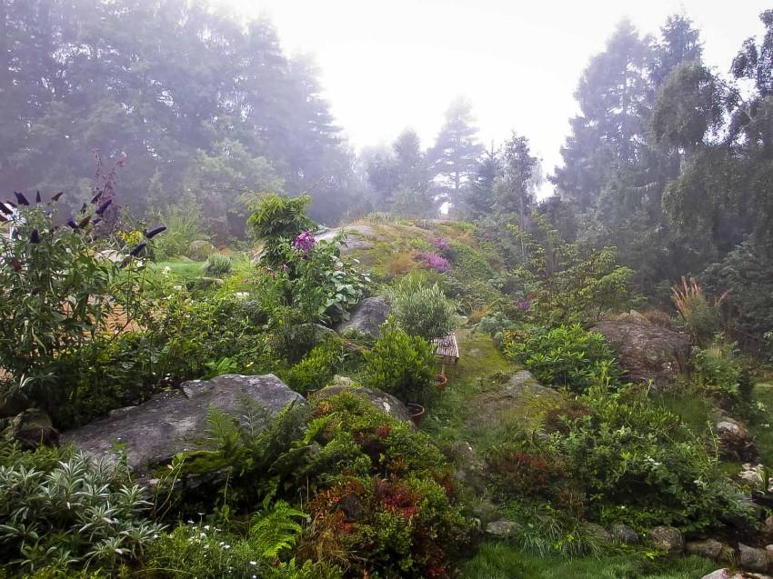 Er du ute etter en litt uoversiktlig hagemystikk, må du jobbe med lys og skygge, kontraster og bruke naturen på stedet.