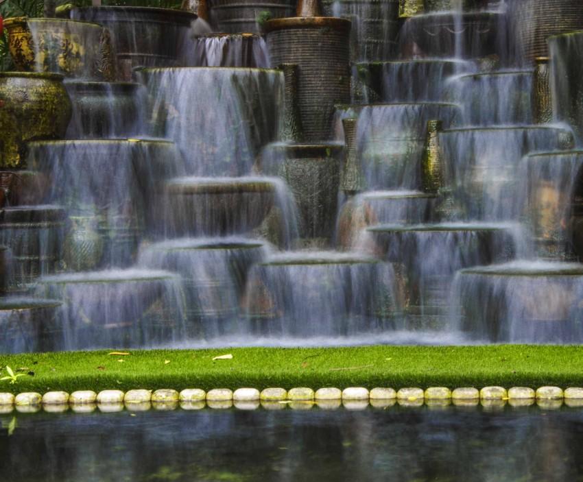 Vann i hagen? dette er en masse krukker som er stablet og murt oppå hverandre.