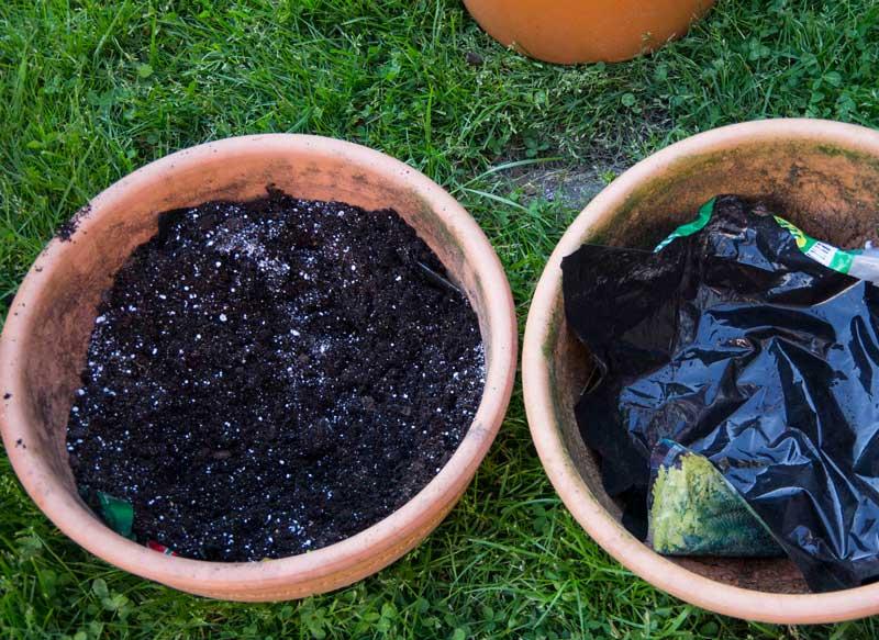 """Legg en bit plast i bunnen/sidene av krukken for å forhindre litt av fordampingen. Bruk også gjerne """"Perlite"""" i pottejorden for å øke jordens evne til å holde på mere vann."""