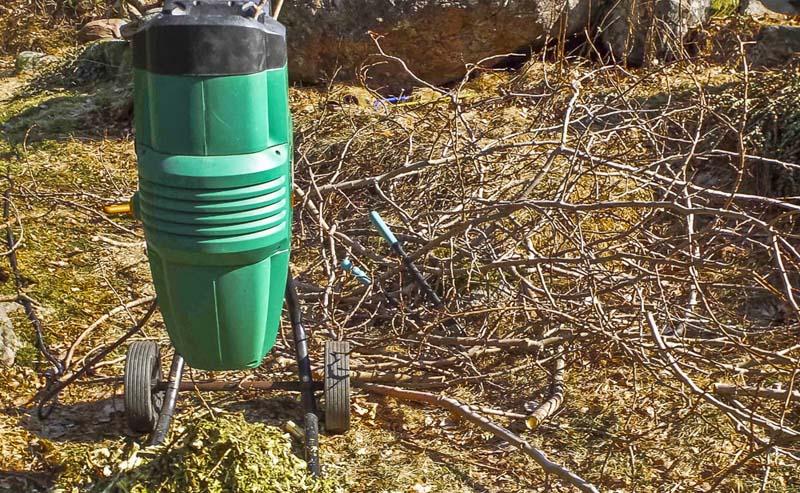 Kompostkvernen gjør at det er mulig å få kompostert grener i komposten innen et år eller to._